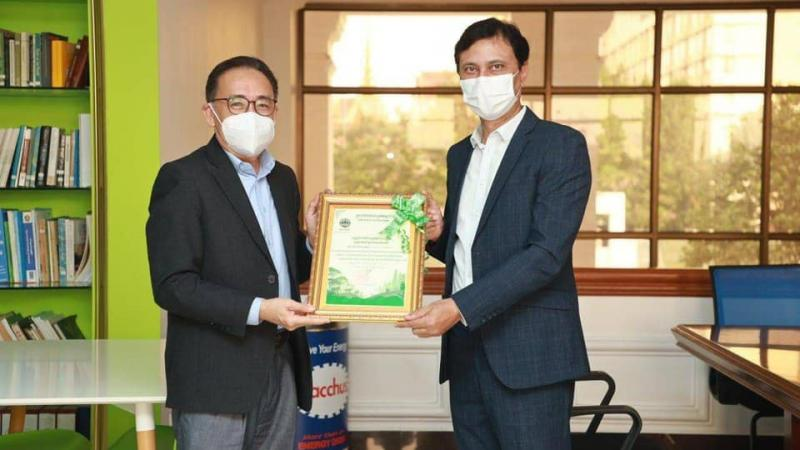 """Total Cambodge received a certificate from the Ministry of Environment for complying and implementing """"Preventing and Reducing Public Air Pollution"""""""